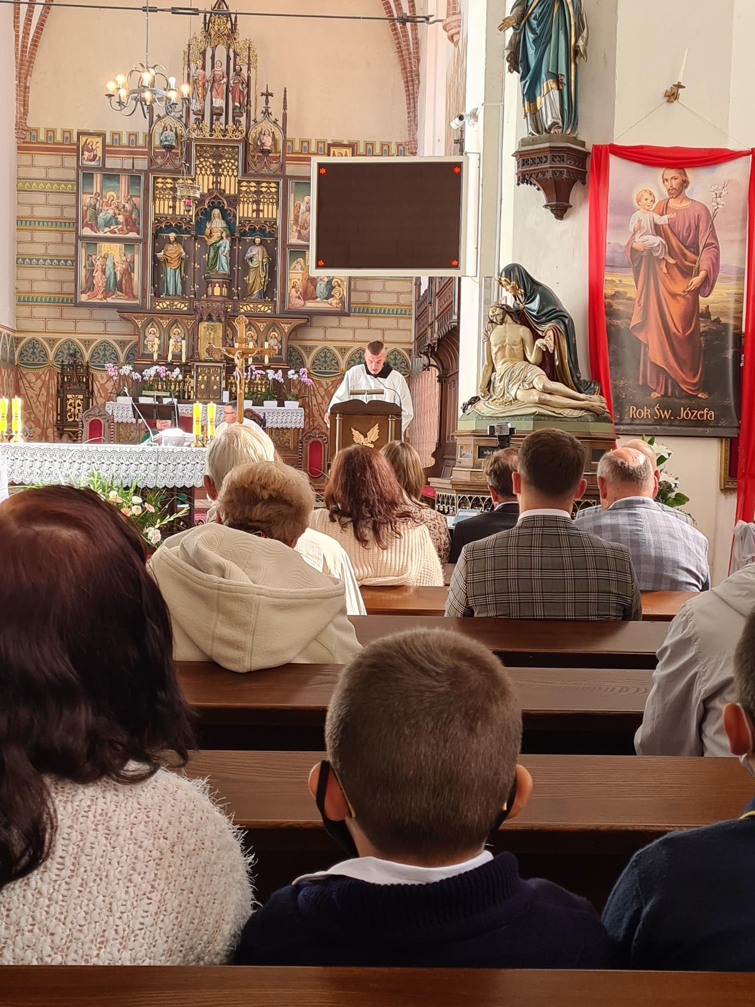 Ilustracja do aktualności Hubert pomaga w Kościele św. Anny